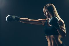 Piękna kobieta z czerwonymi bokserskimi rękawiczkami, czarnymi Obraz Royalty Free