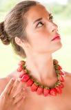 Piękna kobieta z czerwonymi koralikami robić świeża truskawka Obraz Royalty Free