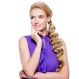 Piękna kobieta z długi blond kędzierzawym zdjęcie stock