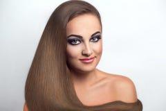 Piękna kobieta z długie włosy dymiących oczu necked ramieniem fotografia royalty free