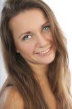 Piękna kobieta z długie włosy i niebieskimi oczami zdjęcie stock