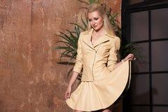 Piękna kobieta z długim blondynka włosy smilling Obrazy Royalty Free