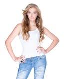 Piękna kobieta z długim kędzierzawym włosy w niebieskich dżinsach obrazy royalty free