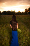 Piękna kobieta z długim naturalnym włosianym mienie bukietem dzicy kwiaty Zdjęcie Stock