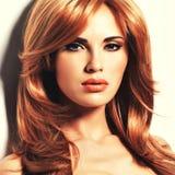Piękna kobieta z długim prostym czerwonym włosy Obraz Stock