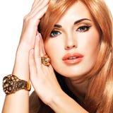 Piękna kobieta z długim prostym czerwonym włosy Obrazy Stock
