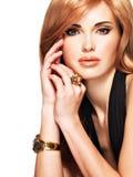 Piękna kobieta z długim prostym czerwonym włosy w czarnej sukni Obraz Stock