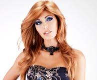 Piękna kobieta z długimi czerwonymi hairs z błękitnym makeup Fotografia Royalty Free