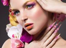 Piękna kobieta z długimi gwoździami, perfect skóra, włosy orchidee obrazy stock