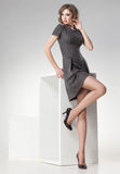 Piękna kobieta z długimi seksownymi nogami ubierał retro elegancki pozować w studiu Obraz Stock