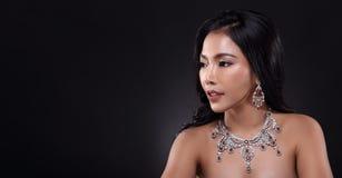 Piękna kobieta z Diamentową śliniaczek kolią dla Bożenarodzeniowego wakacje obrazy royalty free