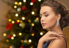 Piękna kobieta z diamentową biżuterią na bożych narodzeniach obrazy royalty free