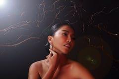 Piękna kobieta z Diamentowymi kolczykami dla Bożenarodzeniowego wakacje zdjęcia royalty free