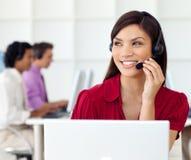 Piękna kobieta z earpiece dalej w centrum telefonicznym zdjęcie royalty free
