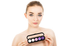 Piękna kobieta z eyeshadows paletą odizolowywającą Fotografia Royalty Free