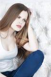Piękna kobieta z jaskrawym makeup pozuje zło, niespodzianka, ból, emocje Fotografia Royalty Free