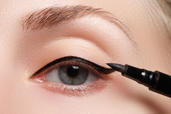 Piękna kobieta z jaskrawym uzupełniał oko z seksownym czarnym liniowa makeup Moda strzałkowaty kształt Modny wieczór makijaż Make Zdjęcie Royalty Free