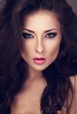 Piękna kobieta z jaskrawymi smokey makeup oczami i różową pomadką zdjęcia stock