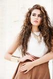 Piękna kobieta z kędzierzawym włosy plenerowym makeup obraz royalty free
