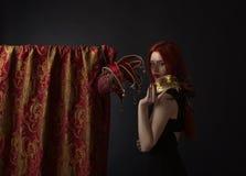 Piękna kobieta z karnawał maskami na czarnym tle Zdjęcia Stock