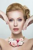 Piękna kobieta z kolią kwiaty Zdjęcia Stock