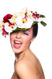 Piękna kobieta z kolorowymi kwiatami na głowie Obraz Royalty Free