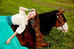 Piękna kobieta z koniem w polu Dziewczyna dalej Zdjęcia Royalty Free