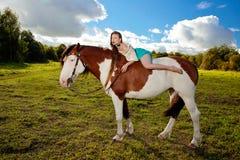 Piękna kobieta z koniem w polu Dziewczyna dalej Obrazy Royalty Free