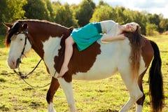 Piękna kobieta z koniem w polu Dziewczyna dalej Obrazy Stock