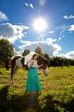 Piękna kobieta z koniem w polu Dziewczyna dalej Obraz Stock