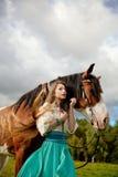 Piękna kobieta z koniem w polu Dziewczyna dalej Fotografia Stock