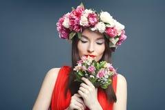 Piękna kobieta z koroną na głowie i bukiecie Obraz Stock
