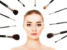 Piękna kobieta z kosmetyków muśnięciami odizolowywającymi Fotografia Royalty Free