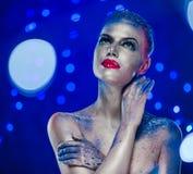 Piękna kobieta z kreatywnie jaskrawym makijażem Zdjęcia Royalty Free