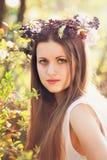 Piękna kobieta z kwiat dekoracją Obraz Royalty Free
