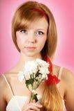 Piękna kobieta z kwiatami na różowym tle fotografia royalty free