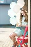 piękna kobieta z latać stubarwnych balony fotografia stock