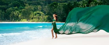 Piękna kobieta z Latającą tkaniną Szmaragdowy kolor na Tropikalnej wyspie fotografia stock