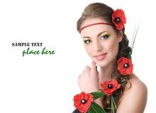 Piękna kobieta z maczkami w włosy Obrazy Royalty Free