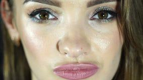 Piękna kobieta z makijażem otwiera oczy i spojrzenia w kamery zakończenie up zdjęcie wideo