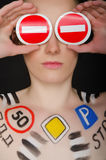 Piękna kobieta z malującymi drogowymi znakami Obrazy Stock