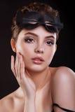Piękna kobieta z maską kota i profesjonalisty makeup Zdjęcia Royalty Free