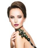 Piękna kobieta z modną zieloną biżuterią obrazy royalty free