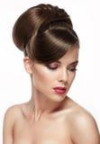 Piękna kobieta z mody ślubną fryzurą Zdjęcie Stock
