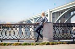 Piękna kobieta z mostem na tle zdjęcia royalty free