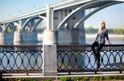 Piękna kobieta z mostem na tle obraz stock