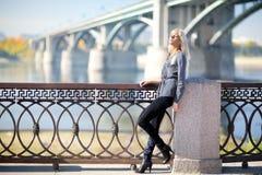 Piękna kobieta z mostem na tle zdjęcia stock