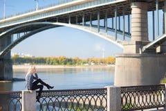 Piękna kobieta z mostem na tle obrazy royalty free