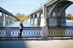 Piękna kobieta z mostem na tle zdjęcie stock