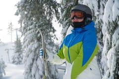 Piękna kobieta z nartami Przecinającego kraju narciarka zdjęcie royalty free